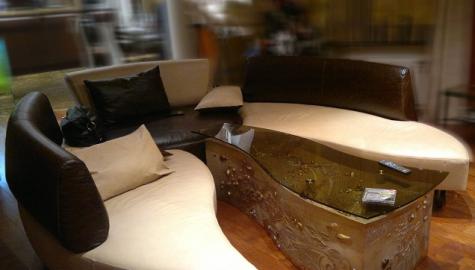 Фигурный стол для гостиной